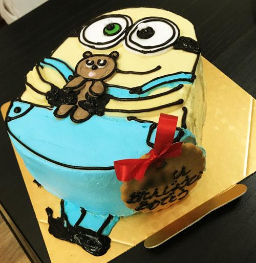 ボブ斜め上からの誕生日ケーキ